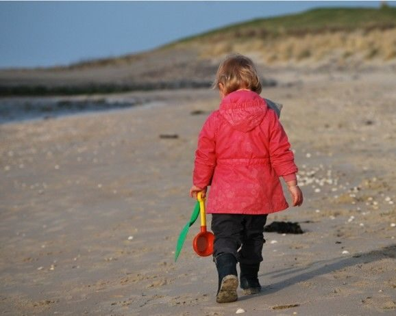 Správně oblečené dítě na písku