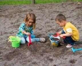 Děti si hrají napísku splastovými hračkami